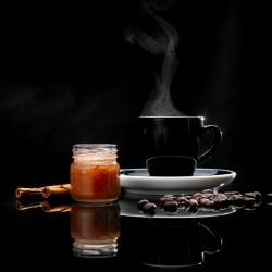 Krem miodowy z kawą i rumem. Masa netto 40g.